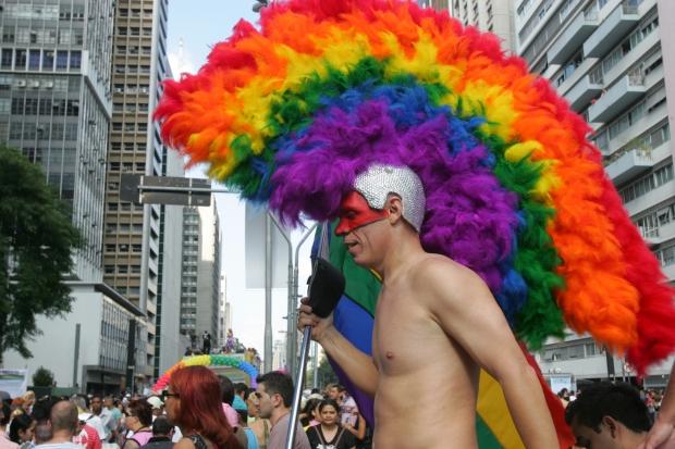 Participante com chapéu nos tons do arco-íris na 12ª edição, em 2008
