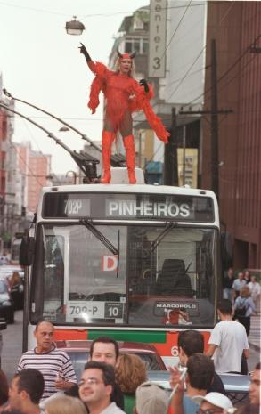 Participante em cima de um ônibus na esquina da Rua Augusta com Avenida Paulista, em 2000