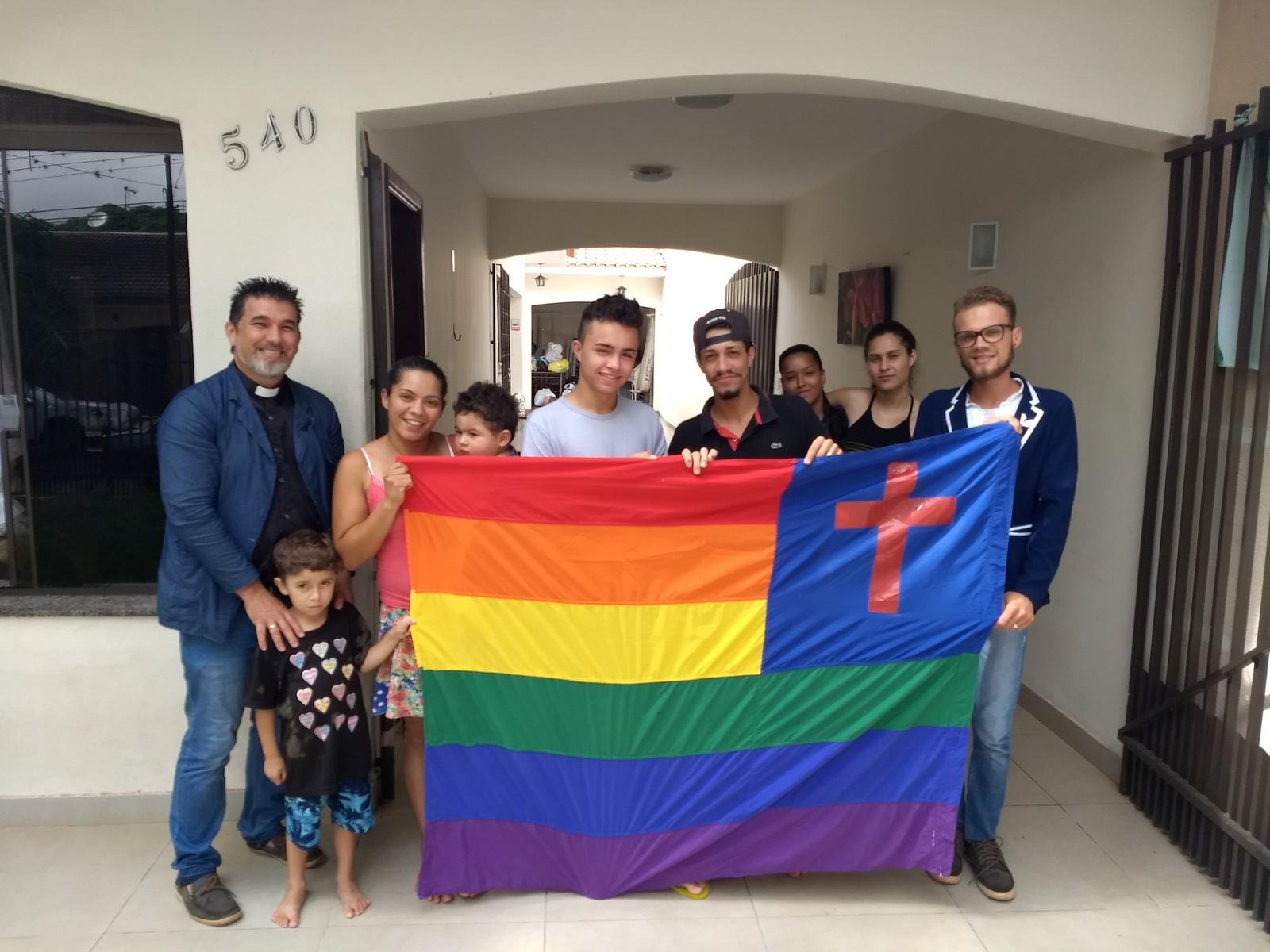 Diretores e parte dos moradores da Casa de Missão Amor Gratuito de Maringá, no norte do Paraná, na quinta-feira (7). (Foto: Ederson Hising/G1 PR