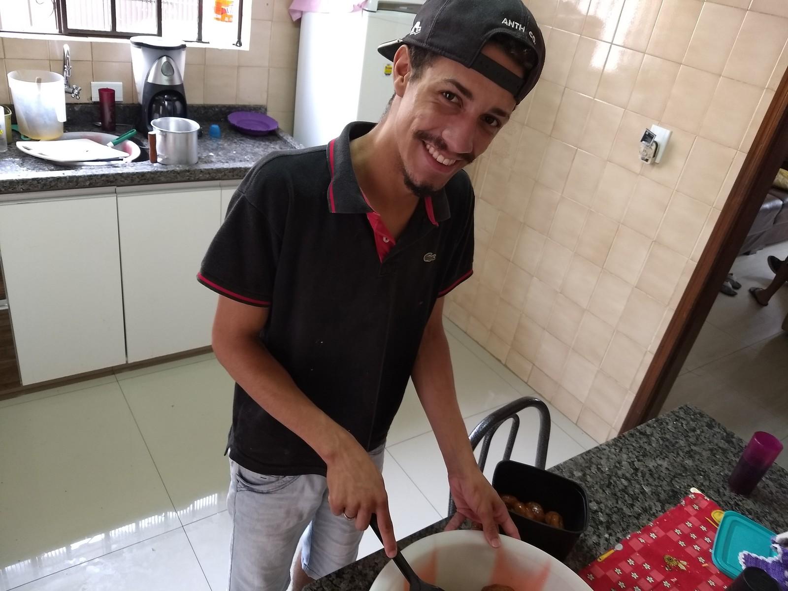 Júnior de Araújo, de 21 anos, que está desempregado, foi o responsável por preparar os bolinhos para o café da tarde. (Foto: Ederson Hising/G1 PR)