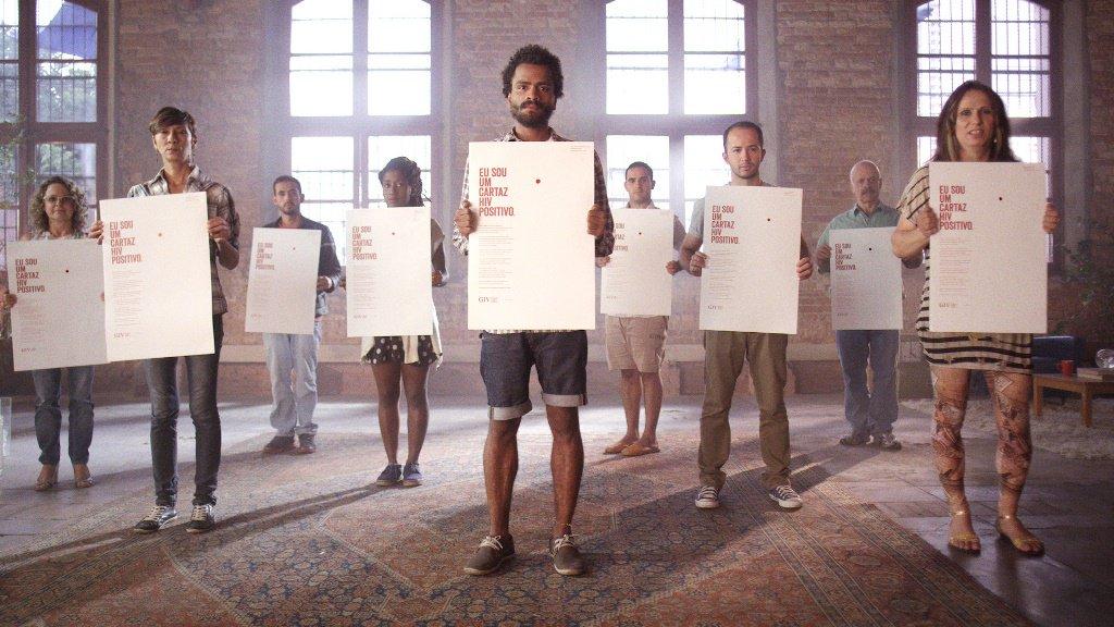 Los voluntarios sostienen carteles de campaña contra los prejuicios contra las personas con VIH