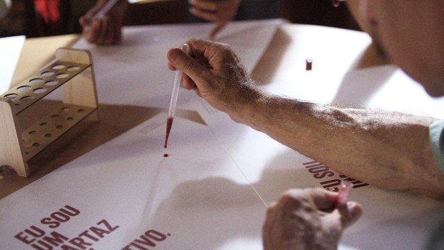 Confección de un cartel con una gota de sangre con VIH