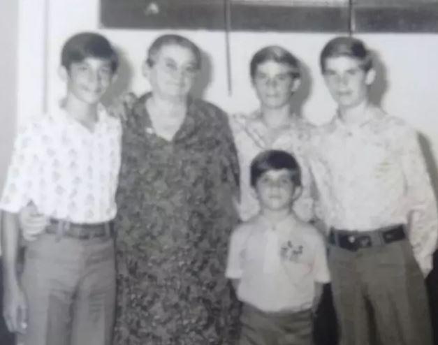 Ricardo, com 14 anos, à esquerda, com a avó paterna, Ida, os gêmeos e Julio, então com 5 anos.