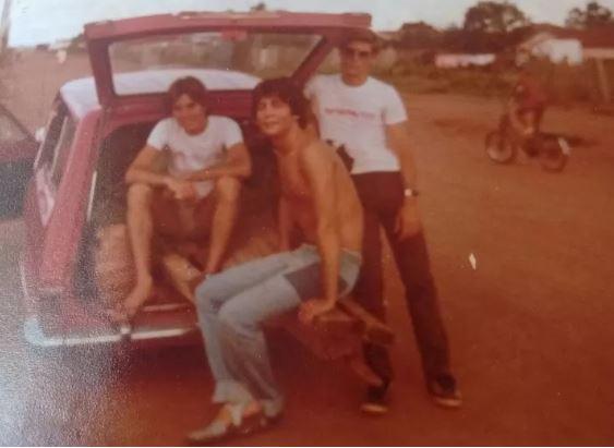 Ricardo, sem camisa, entre Marcelo (à esq.) e Flavio, em Araraquara, no começo da década de 1970.