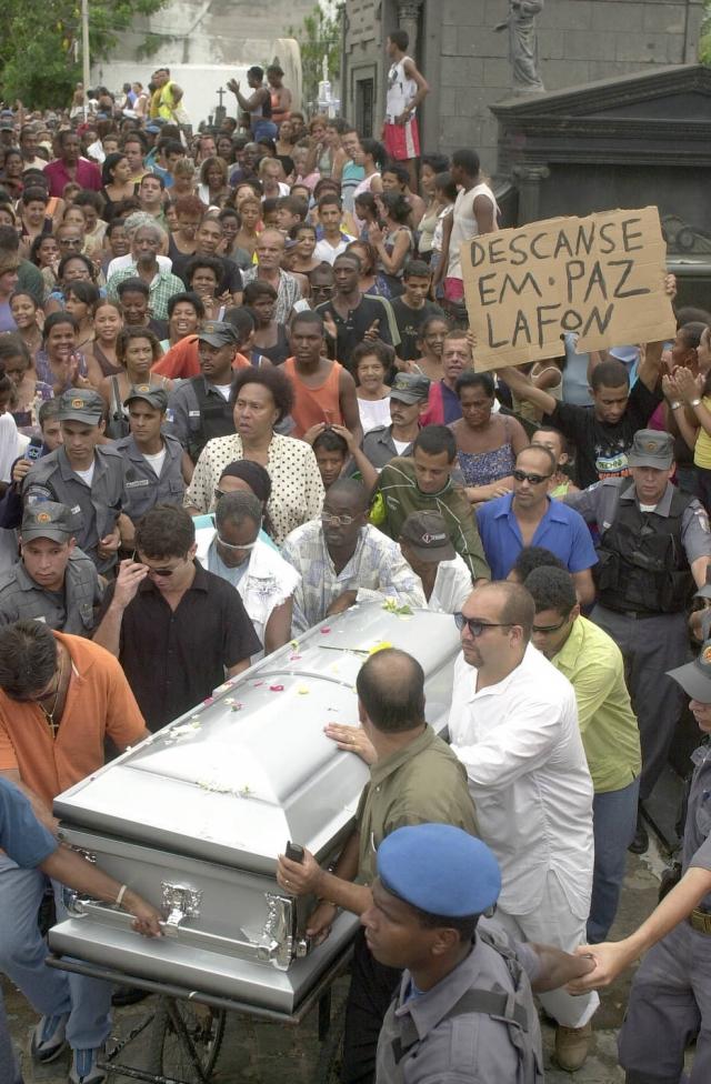 Até mesmo policiais militares precisaram participar da escolta do caixão do humorista. Foto: Alaor Filho / Estadão