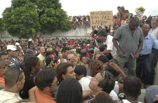 Uma verdadeira multidão foi ao enterro de Lafond no cemitério do Irajá, no Rio de Janeiro. Foto: Alaor Filho / Estadão