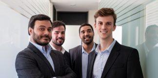 Da esquerda para direita, os quatro sócios da Mevow: Hanna Chequer (Diretor de Marketing), Michael Gonçalves (Diretor de Tecnologia), Paulo Pinto (Diretor Executivo) e Ramon Rigoni (Diretor Financeiro)