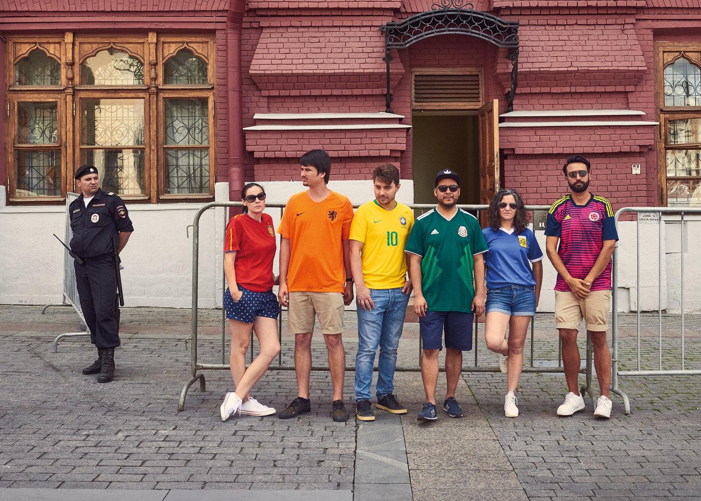 "O grupo combinou as cores de suas camisas para formar a bandeira do arco- íris e subverter criativamente as leis que proíbem a ""propaganda"" LGBTI. cd9a448930d5e"