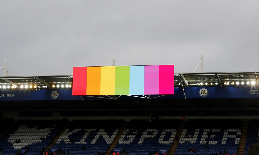 Cores do arco-íris no telão do estádio do Leicester — Foto: Darren Staples/Reuters