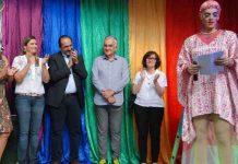 Drag Queen Penelope discursa na inauguração do Centro de Referência LGBT (foto: Amira Hissa/PBH)