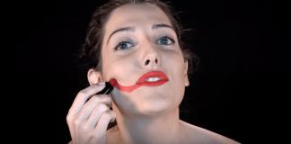 """Clarice Falcão no clipe de """"Survivor"""". Foto: reprodução"""