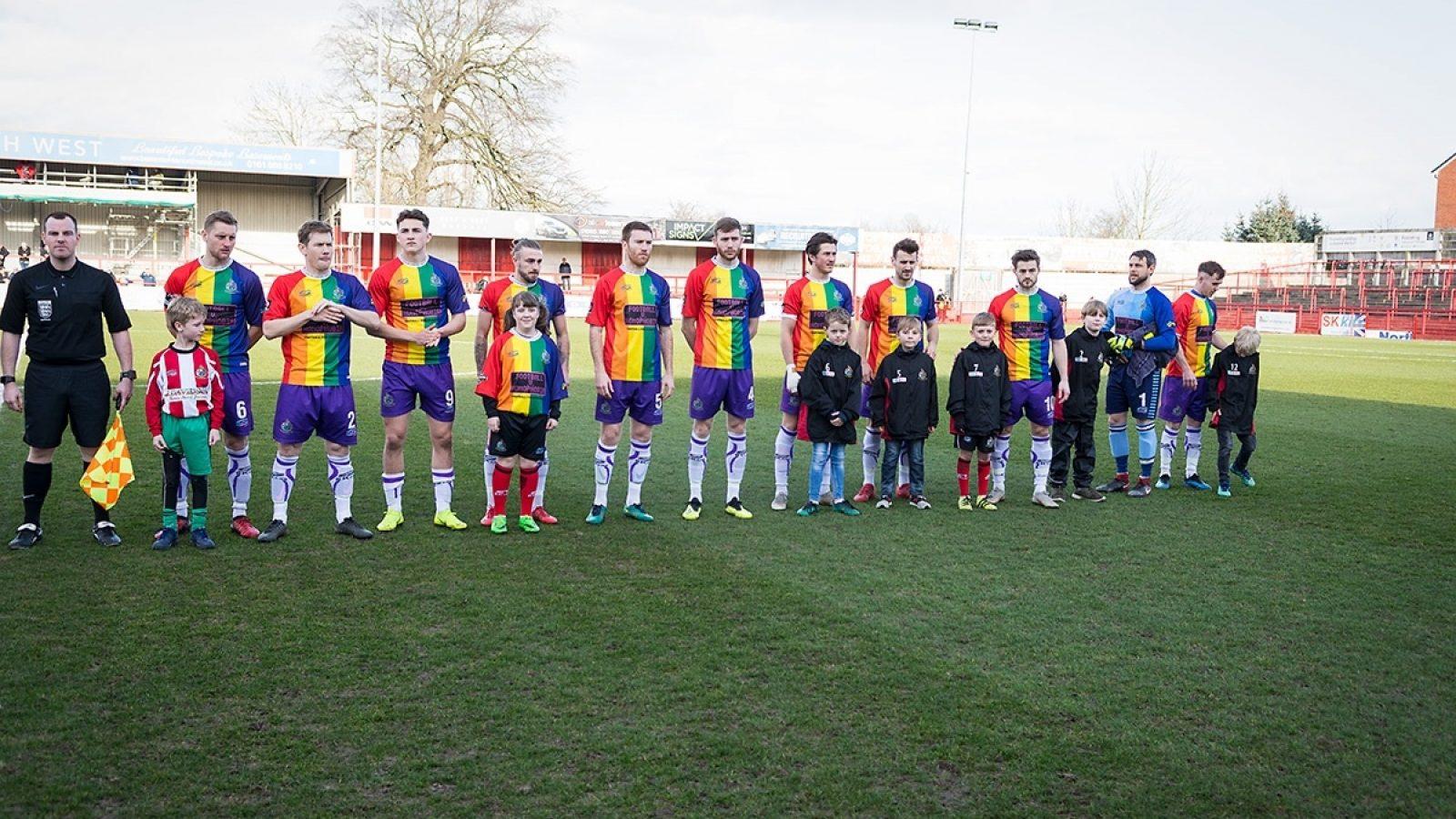 Time de futebol adota bandeira LGBT como uniforme oficial e7c29f03ff901