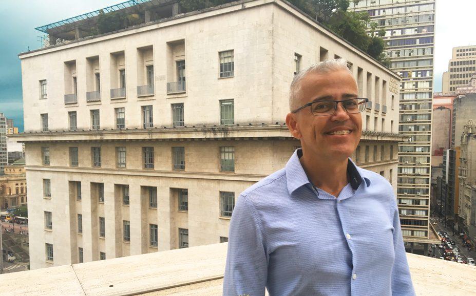 Nascido em Santos, formado em Direito e pós graduado em Saúde Pública, Ricardo Dias 49 anos, casado, torcedor do Santos assumiu o cargo de Coordenador de Políticas para LGBTI na Secretaria Municipal de Direitos Humanos e Cidadania na cidade de São Paulo em fevereiro de 2019.
