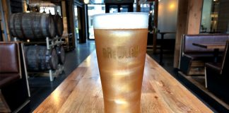 Cerveja com glitter da cervejaria Redhook, nos Estados Unidos (Foto: Divulgação)