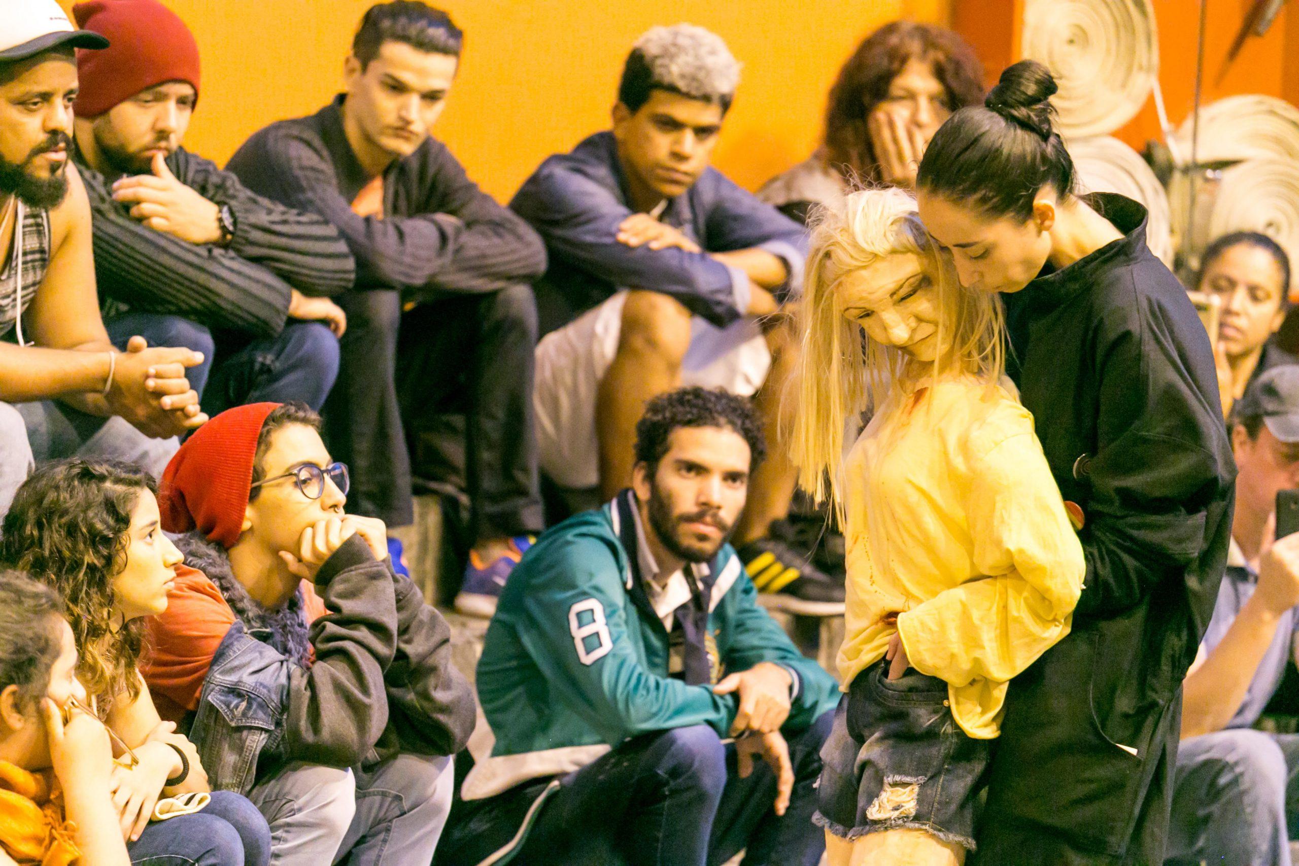"""A Cia Gufa de Teatro se propôs a documentar no palco a trágica história da travesti Dandara dos Santos. """"Eu em Ti - Retrato"""" tem sessão em SP este finde"""
