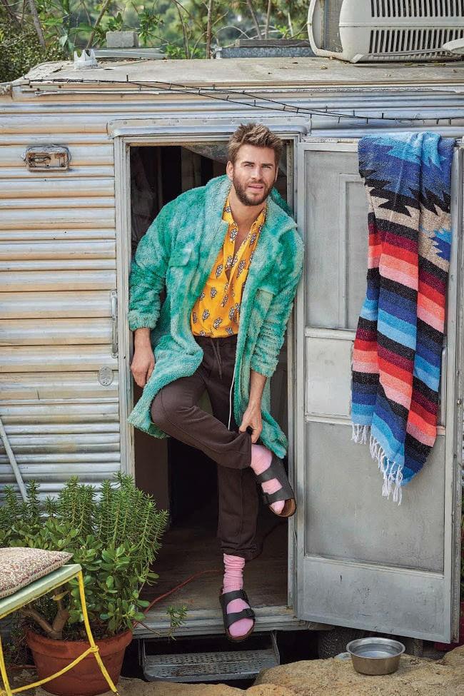 Robe, US $ 1635, de The Elder Statesmen; camisa de US $ 429, de Jacquemus na Barneys New York; calças de US $ 1339 da Fendi na Barneys New York; meias de US $ 14,90 da Uniqlo; e sandálias de US $ 139 da Birkenstock.