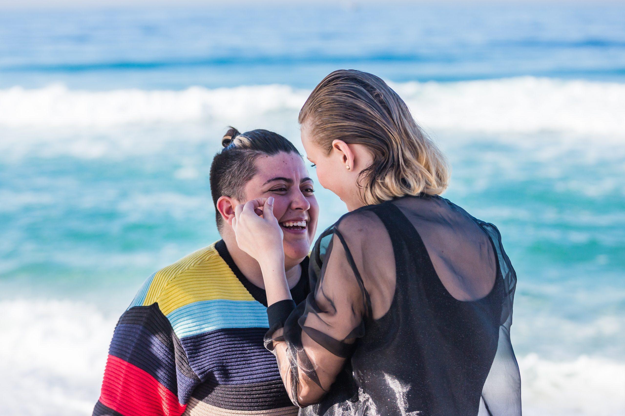 Ana Vilela contracena com a atriz Luana Colpani no clipe/Crédito: Patrick Gomes