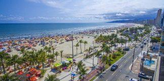 """Praia Grande é um município na Região Metropolitana da Baixada Santista, estado de São Paulo, Brasil. A estimativa da população, de acordo com a revisão censitária do IBGE para 2018 era de 319 146 habitantes, sendo a terceira cidade mais populosa do litoral paulista, depois de São Vicente e Santos. Com uma área de 149,253 km², a densidade demográfica é de 1 781 habitantes/km².[5] O município é formado pela sede e pelo distrito de Solemar[6][7]. A cidade de Praia Grande tem uma das praias mais movimentadas do Brasil, tendo sido eleita pelo Ministério do Turismo como a 4ª cidade que mais recebe turistas no país durante a temporada de verão, depois de São Paulo, Rio de Janeiro e Florianópolis[8]. Na alta temporada, recebe cerca de 1,86 milhão de turistas[9] (mais de cinco vezes a sua população fixa, que também vem se expandindo depressa: com crescimento de 56 000 habitantes entre 2000 e 2009, Praia Grande recebeu o título de """"a cidade que mais cresce no Brasil"""").[10] Praia Grande é um dos 15 municípios paulistas considerados estâncias balneárias pelo governo paulista, por cumprirem determinados pré-requisitos definidos por Lei Estadual. Existem outros municípios, que não sendo estâncias balneárias, ainda assim são estâncias turísticas. Tal status garante a esses municípios uma verba maior por parte do estado, através do Departamento de Apoio às Estâncias do Estado de São Paulo, para a promoção do turismo regional. Também, o município adquire o direito de agregar, junto a seu nome, o título de """"estância balneária"""", termo pelo qual passa a ser designado tanto pelo expediente municipal oficial quanto pelas referências estaduais. [carece de fontes] Praia Grande forma, junto com os municípios de Bertioga, Cubatão, Guarujá, Itanhaém, Mongaguá, Peruíbe, Santos e São Vicente, a Região Metropolitana da Baixada Santista, criada pela Lei Complementar 815, de 30 de junho de 1996, tornando-se, assim, a primeira Região Metropolitana brasileira criada sem status de capital estadual. """