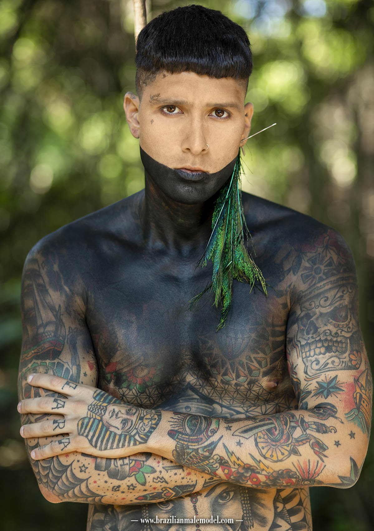 Thiago Perri fotografado por Marcio Farias na floresta amazônica