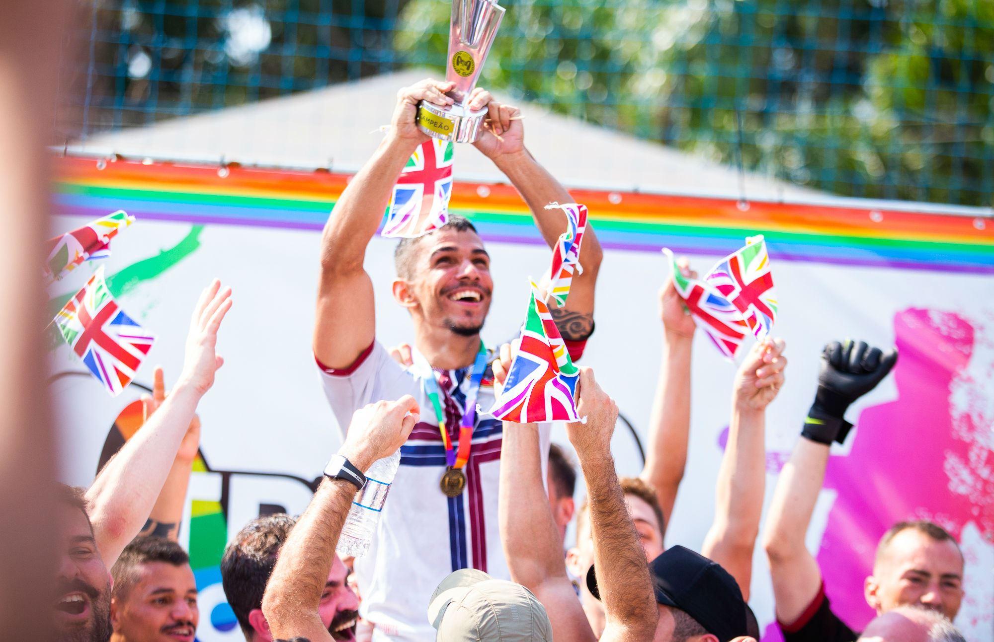 Time do Bárbaros ergue o troféu de campeão no futebol