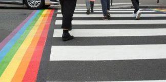 As passagens de pedestre pintadas com o arco-íris serão permanentes em Paris, anunciou a prefeita Anne Hidalgo @Anne_Hidalgo