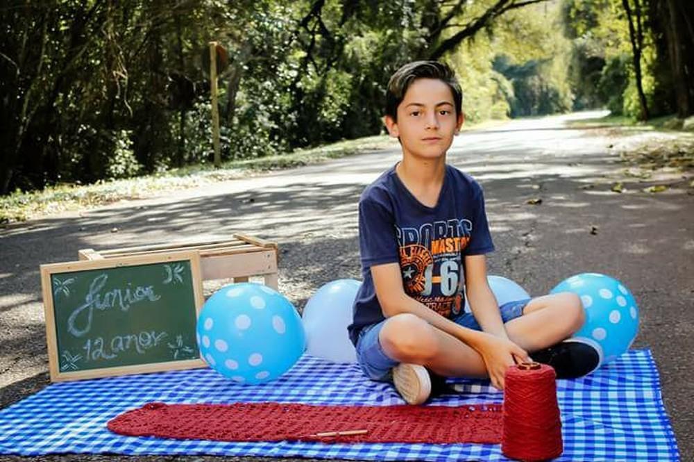 Adolescente Junior Silva ensina crochê pela web — Foto: Arquivo Pessoal/Junior Silva