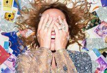 "Alanis Morissette divulga capa do próximo álbum e single ""Smiling"""