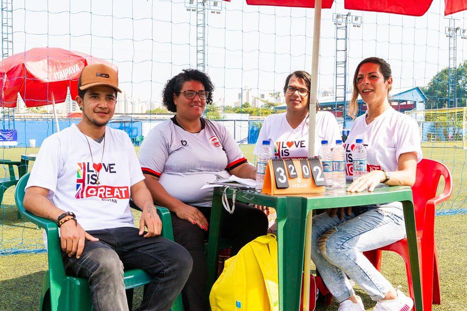 Jovens transexuais do projeto Transcidadania em ação durante os jogos