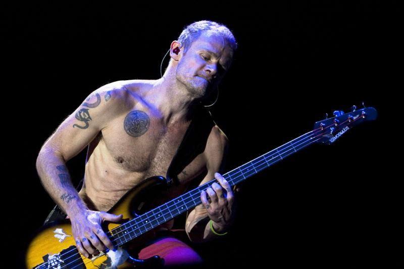 Flea no show do Grupo Red Hot Chili Peppers, na Arena Anhembi, em São Paulo. (Foto: Eduardo Anizelli/Folhapress)