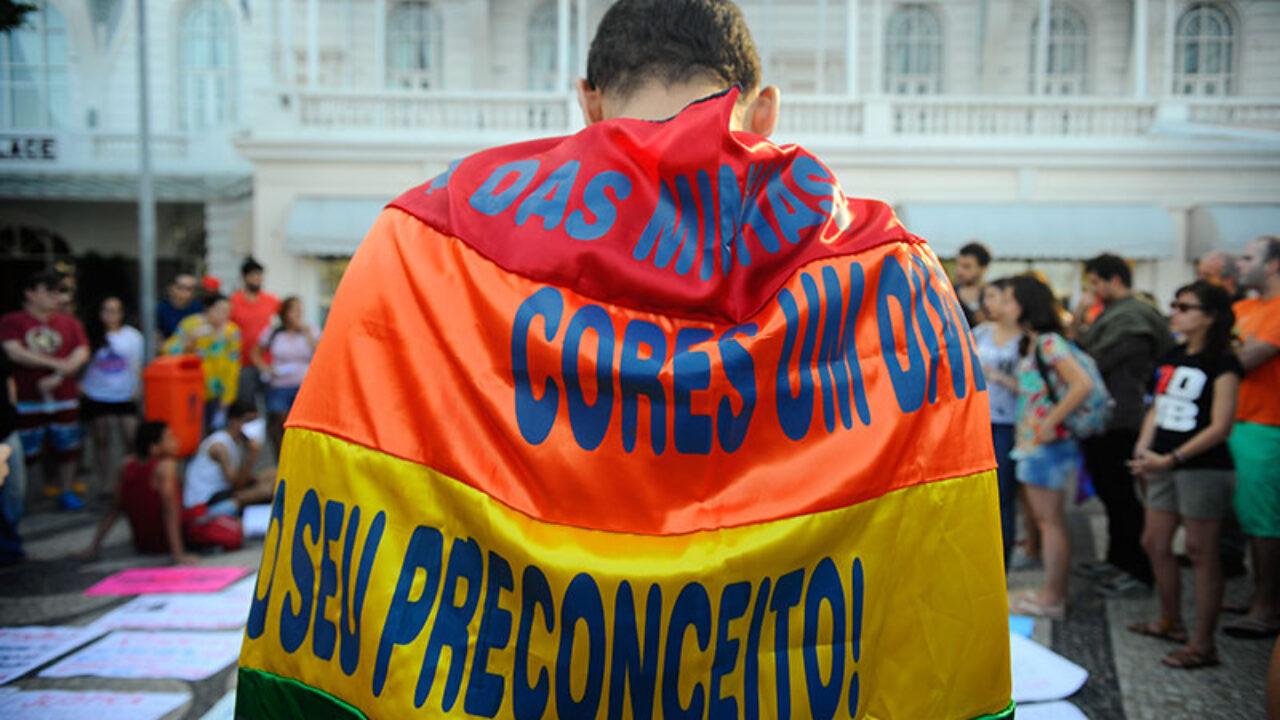 Ato contra a LGBTfobia e pela criminalização da homofobia, na praia de Copacabana zona sul da cidade, reúne dezenas de pessoas (Tânia Rêgo/Agência Brasil)