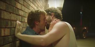 Irmão de Taylor Swift e Tom Felton, o Draco de 'Harry Potter', protagonizam beijo