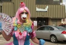 Restaurante dos EUA contrata drag queens para entregar pedidos