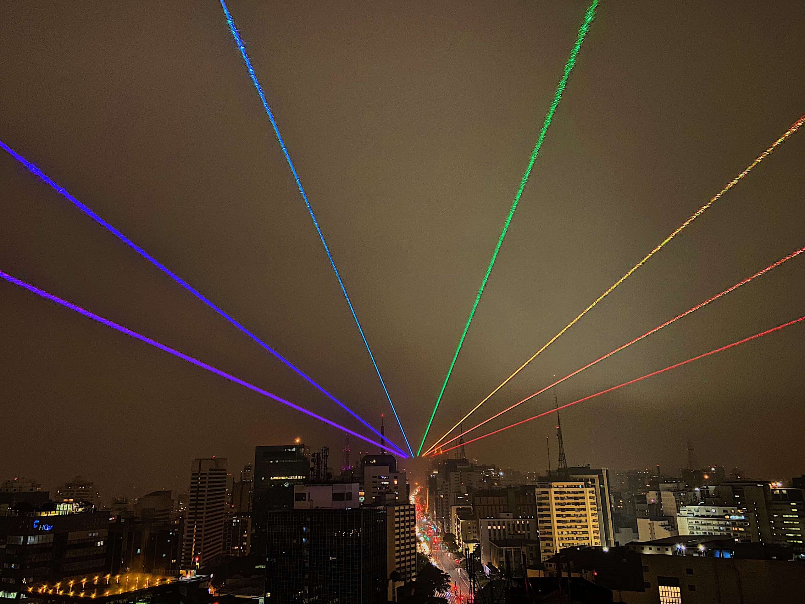 Arco-íris de laser na Avenida Paulista pode ser visto a 60km de distância