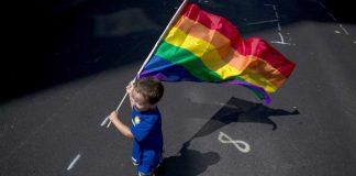 Ser sincero, usar linguagem clara e evitar propagação de preconceitos são as melhores formas de ensinar uma criança sobre as questões LGBTQIA+