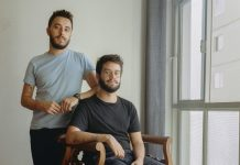 """Para muitas pessoas é mais fácil tirar a roupa do que falar de si"", conta duo que retrata pluralidade de corpos"