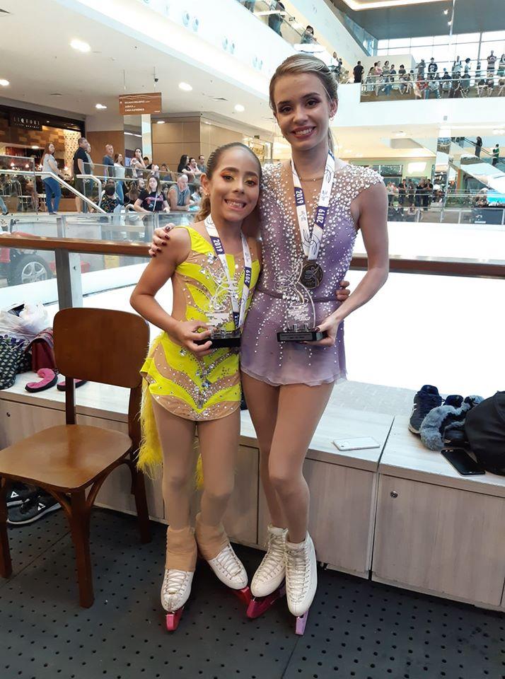 Maria e a Isadora Williams no campeonato de patinação no gelo