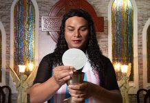 Alexya frequentou a igreja católica como homem gay até os 28 anos, chegou a cursar seminário e desejava ser padre.