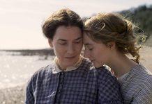 """A atriz Kate Winslet fará par romântico com a Saoirse Ronan no filme """"Ammonite"""", que teve seu primeiro trailer divulgado nesta terça-feira, dia 25 de agosto."""