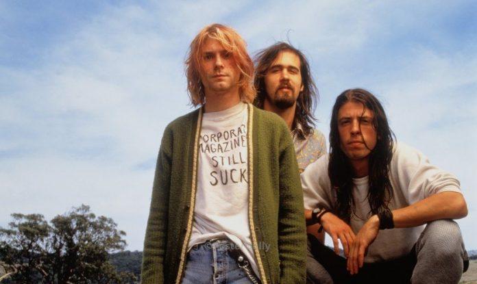 Integrantes do Nirvana se beijaram ao vivo no SNL para provocar homofóbicos