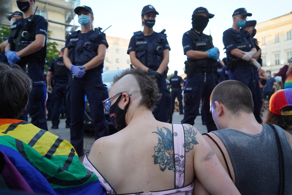 7 de agosto - Ativistas LGBT bloqueiam passagem de carro da polícia que transporta ativista em Varsóvia, Polônia — Foto: Janek Skarzynski/AFP