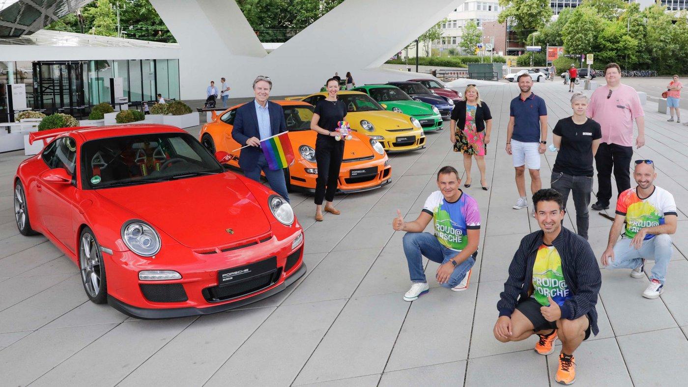 Rainbow na Porscheplatz - Andreas Haffner, membro do Conselho Executivo de Recursos Humanos, (l.) Apoiou as atividades que ocorreram no fim de semana