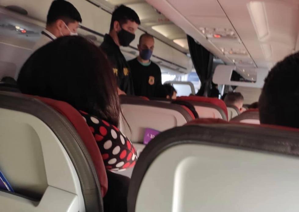 Latam expulsa passageiro homofóbico que ofendeu comissário de bordo