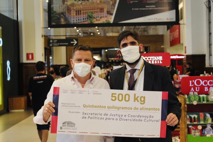 População LGBTQIA recebe 540kgs de alimentos arrecadados pela Justiça e Shopping Light