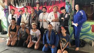 Professor de jiu-jitsu dá aulas gratuitamente para trans aprenderem a se defender
