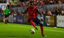Jogador de futebol faz insultos homofóbicos e é punido com suspensão e multa