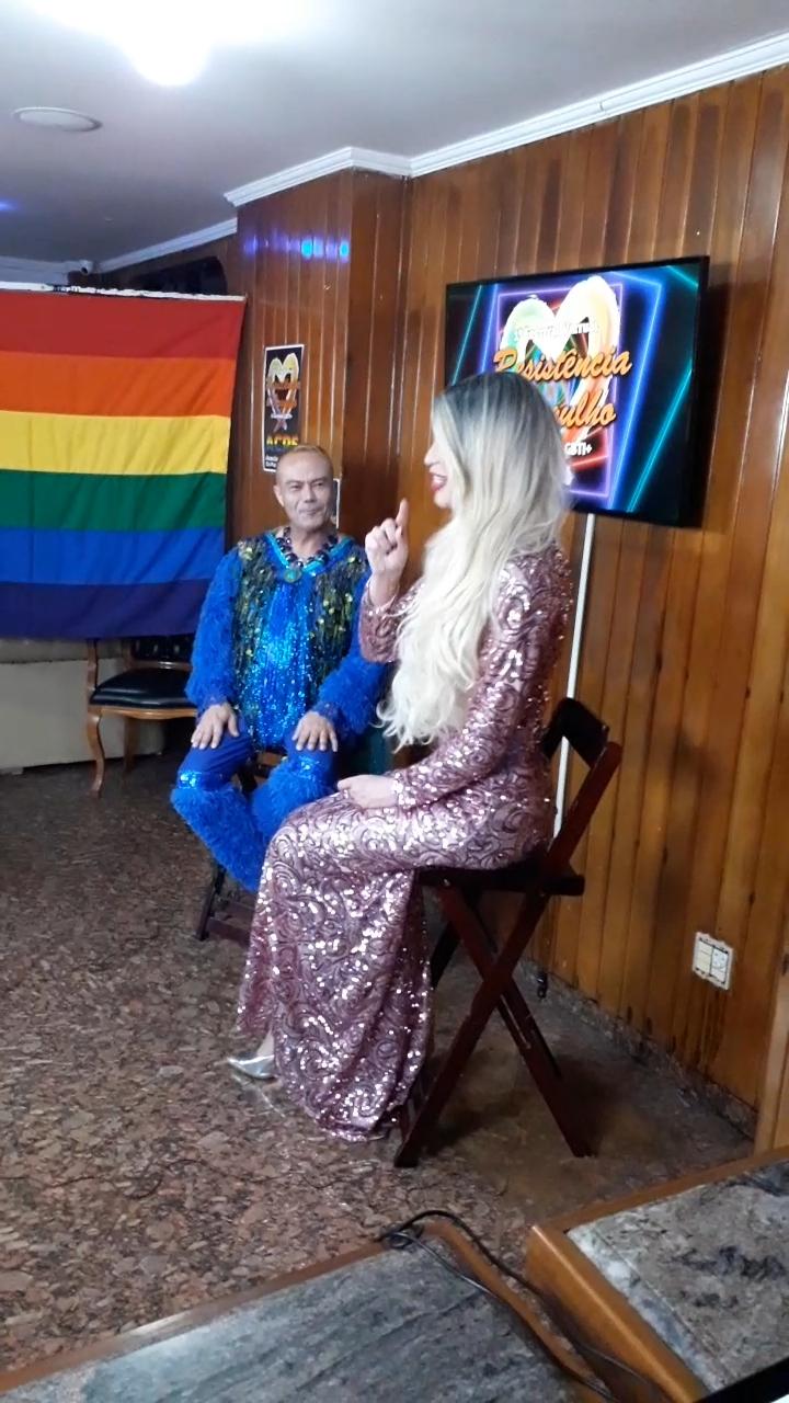 Kylie Hickmann entrevistando a Deo Ramos - Reproducción