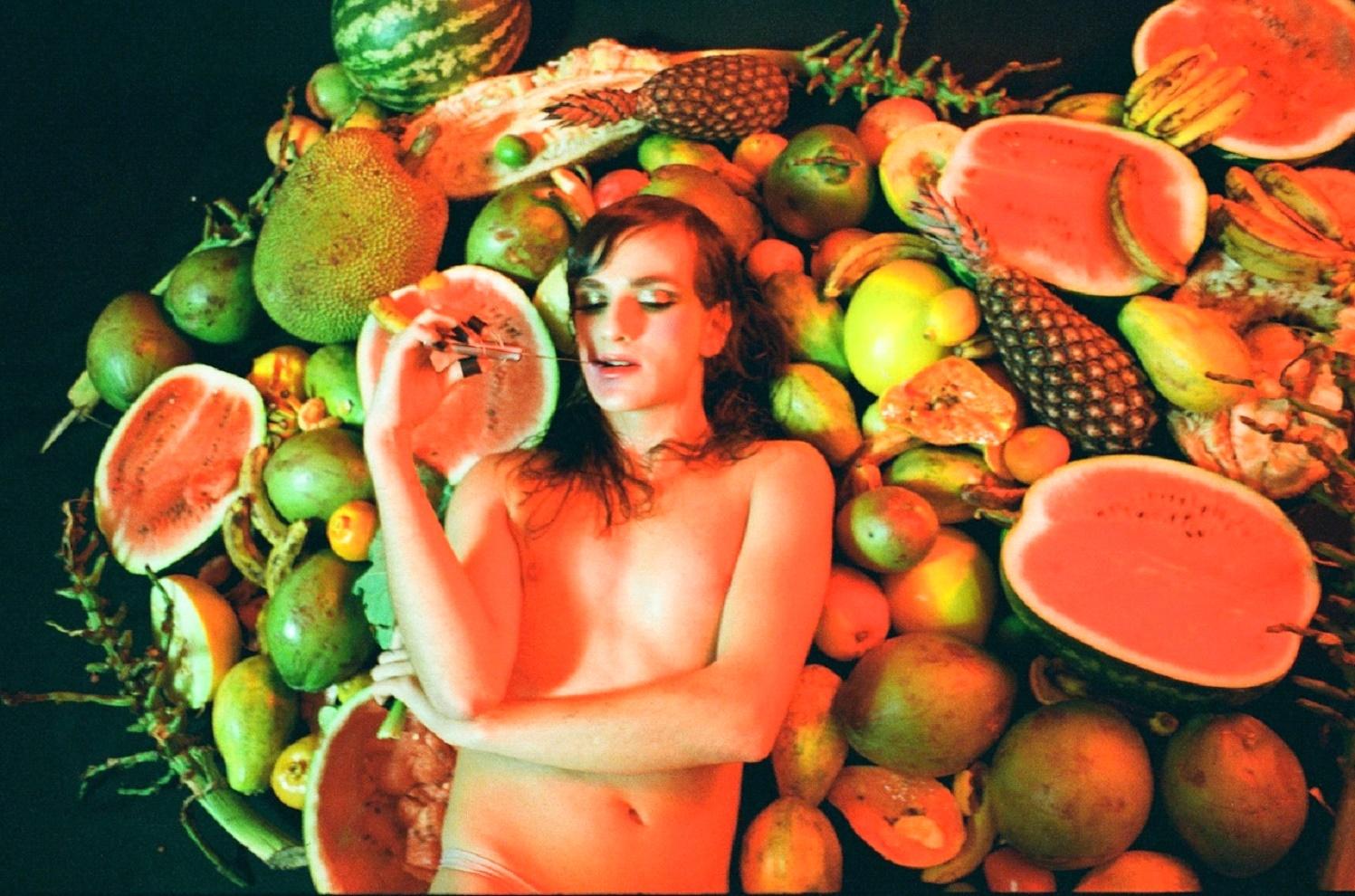 Marina Mathey lança clipe inspirado na Tropicália investigando os afetos dos corpos trans