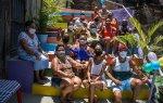 Comunidade homenageia estudante gay pintando escadaria com cores do arco-íris