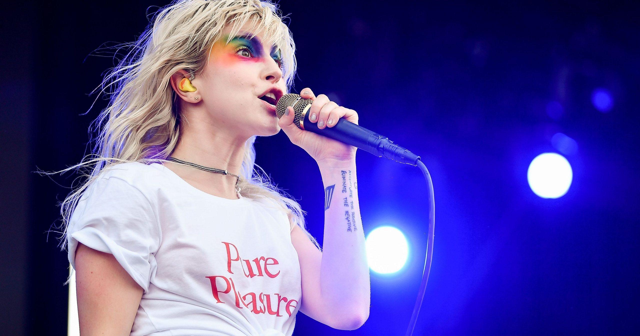 Vocalista de Paramore comenta sobre la expulsión de un ex miembro homofóbico