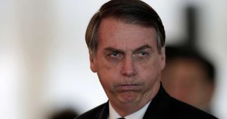 """Jair Bolsonaro faz piada homofóbica ao beber guaraná Jesus: """"Virei boiola"""""""